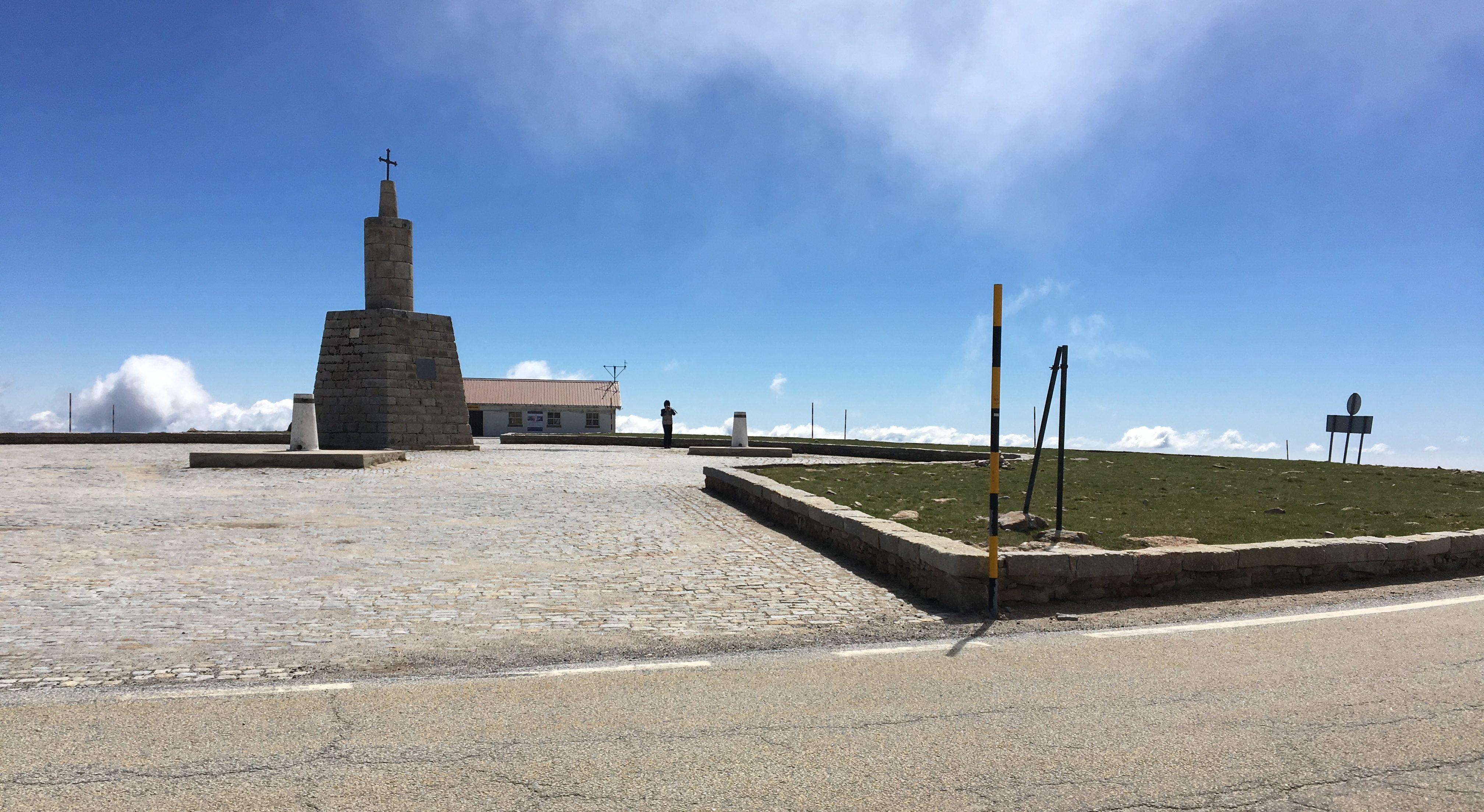 Wolken kratzen am Torre in der Serra da Estrela