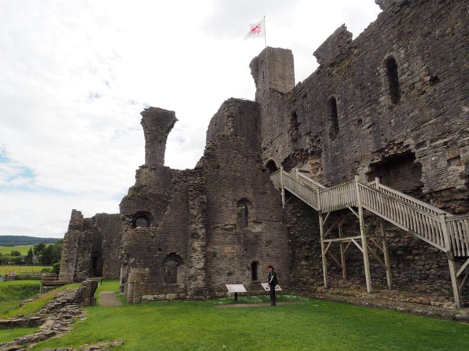 Außenmauer von Middleham Castle