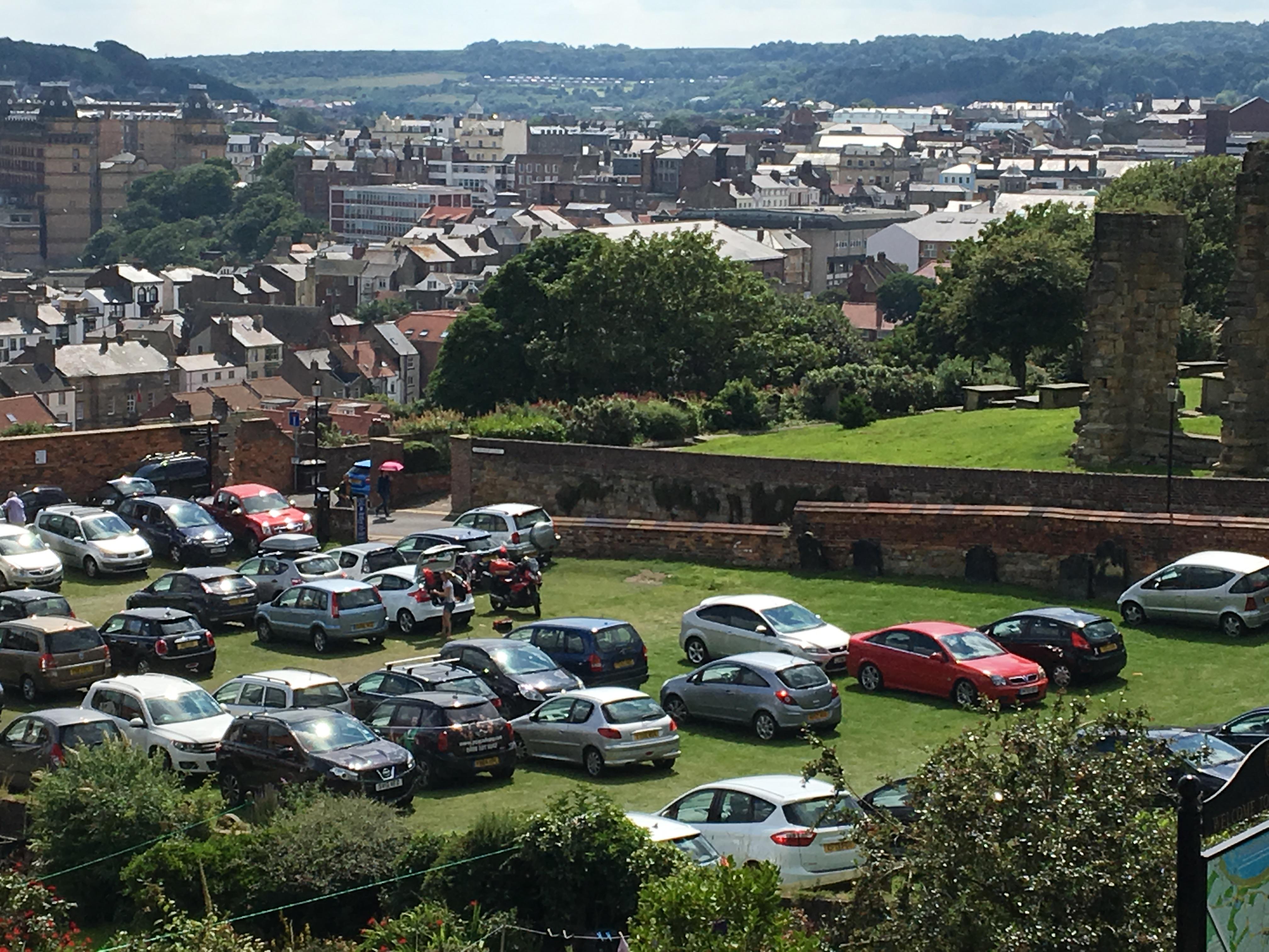 "Parken auf dem ""Gottesacker"" vor dem Scarborough Castle"
