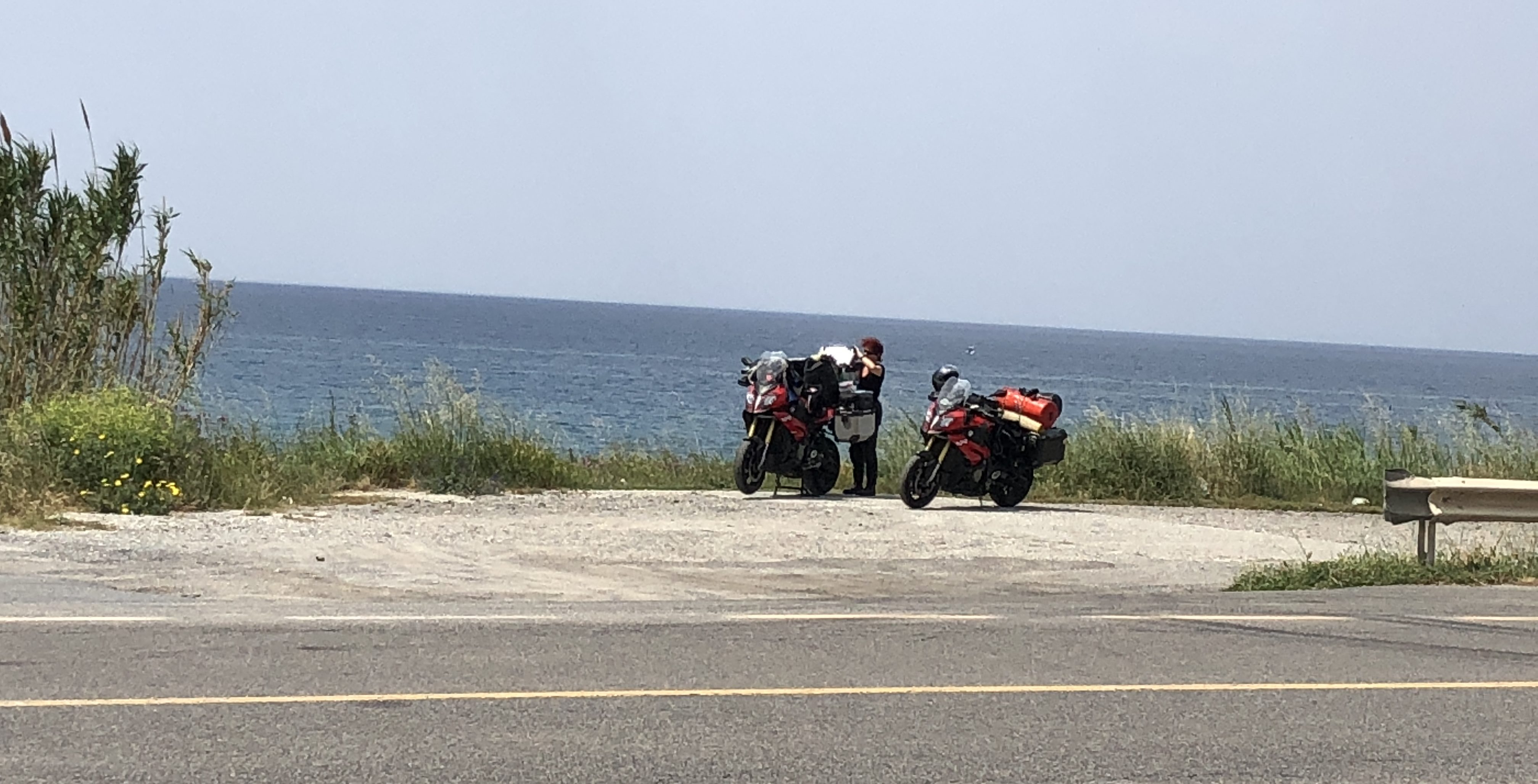 Motorräder am Strand in der Nähe von Amentea