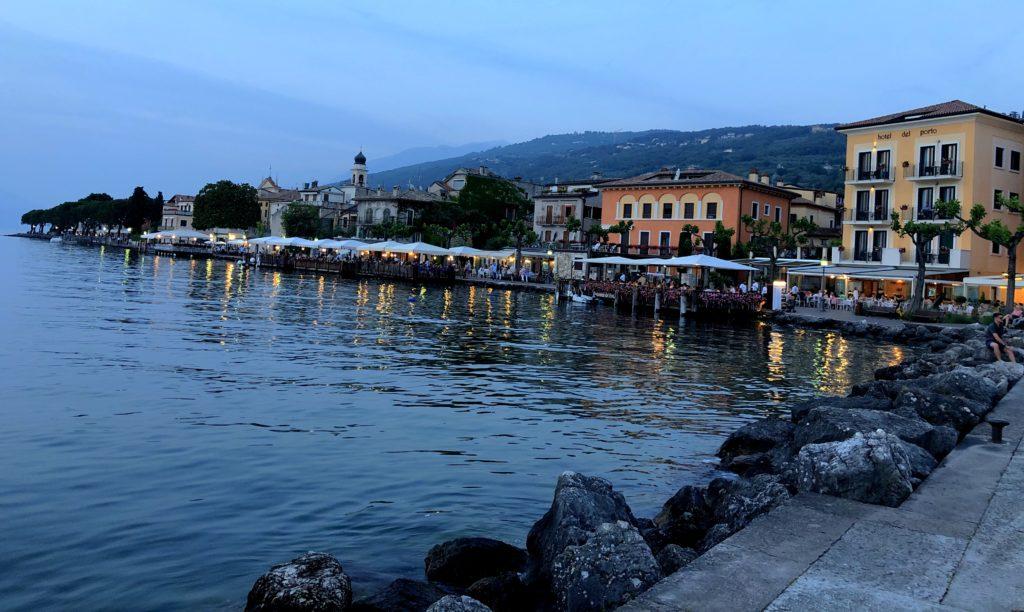 Abendstimmung an der Promenade von Torri del Benaco am Gardasee