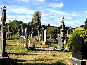 Alter Friedhof mit verfallener Kapelle nahe Mountshannon