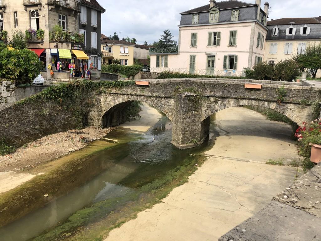Das Flüsschen Le Saleys in Salies-de-Béarn