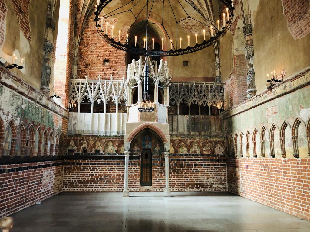 Kirche der Heiligen Jungfrau Maria mit Blick auf die Kanzel