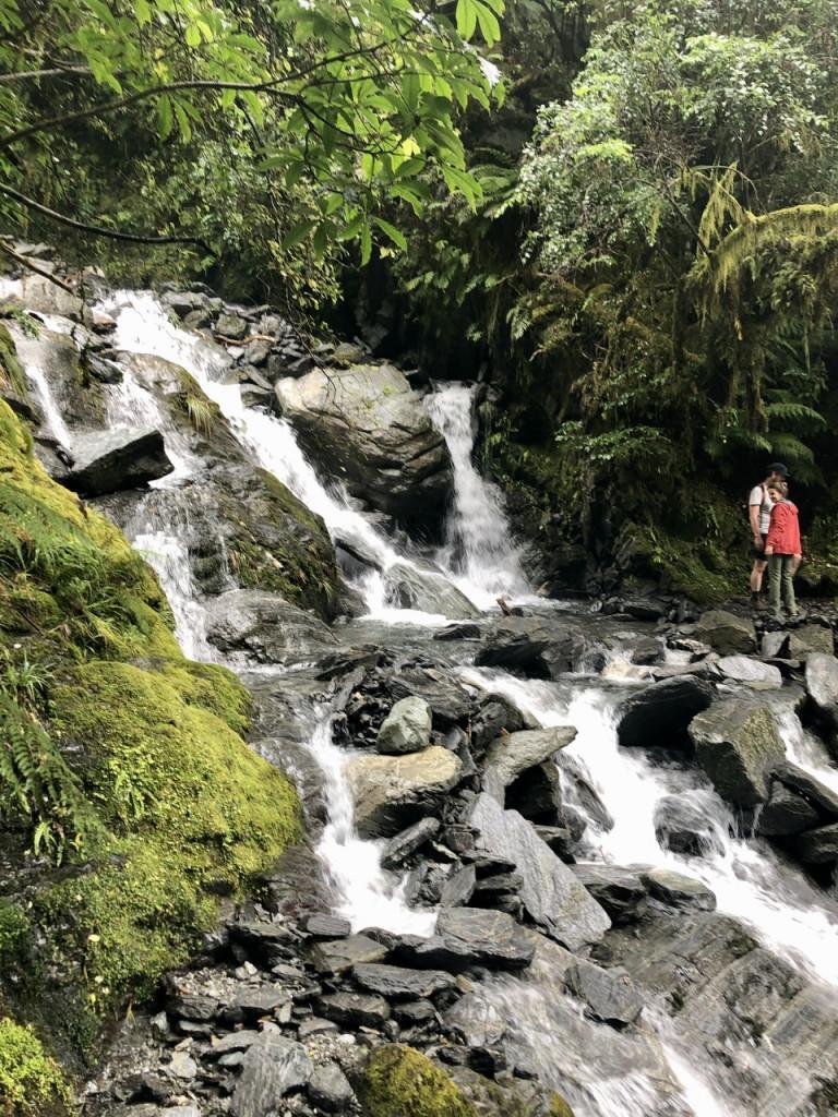Überqueren eines Wasserfalls