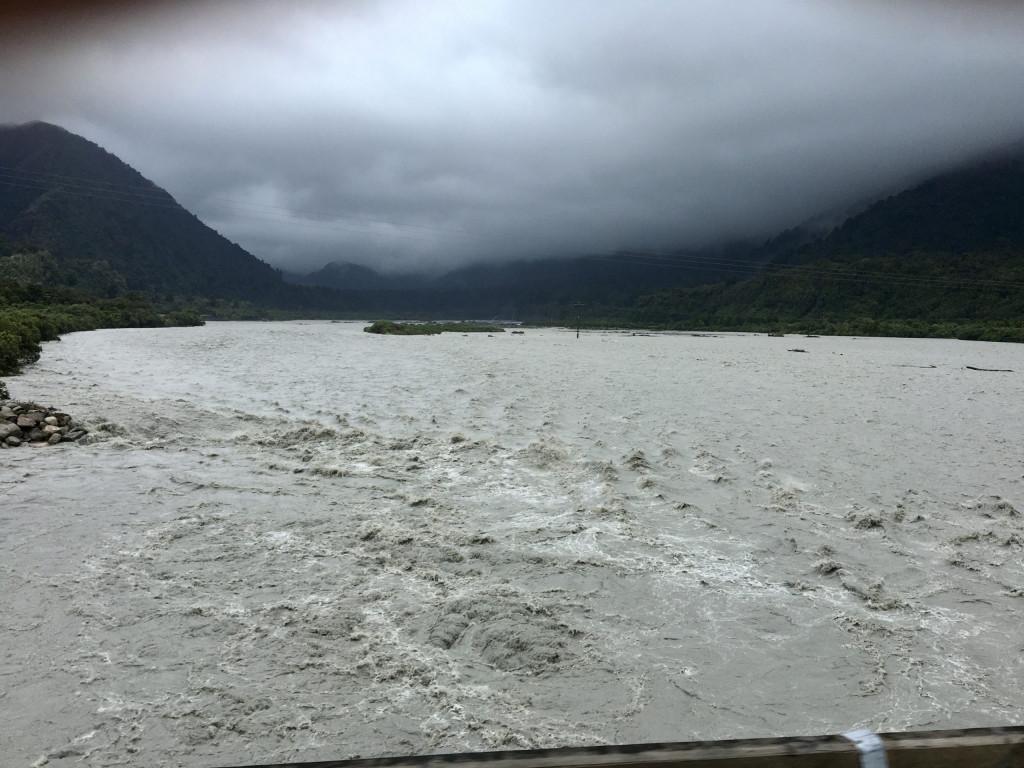 Fluss mit Hochwasser