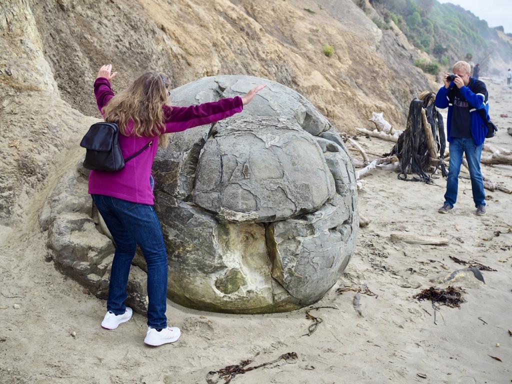 Pose an den Moeraki Boulders