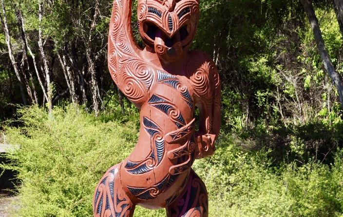 Māori-Figur am Weg