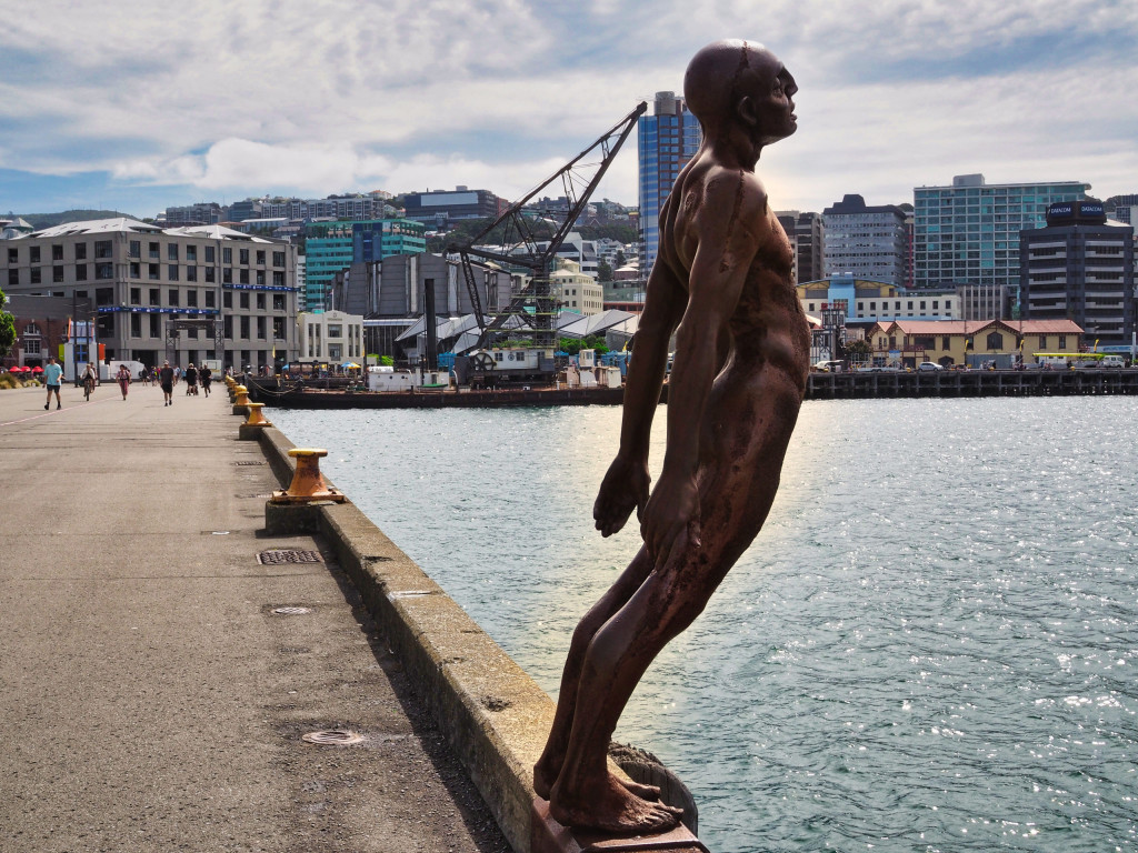 """Statue """"The Naked Man"""" am Hafen"""