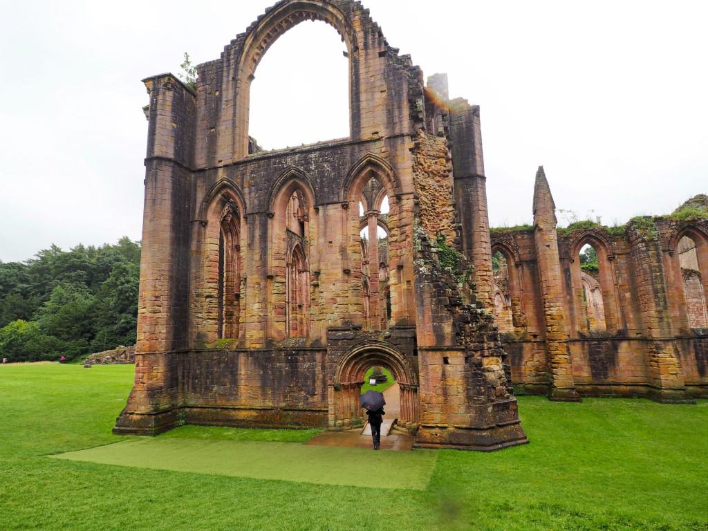 Eingang zur Klosterkirche in Fountains Abbey