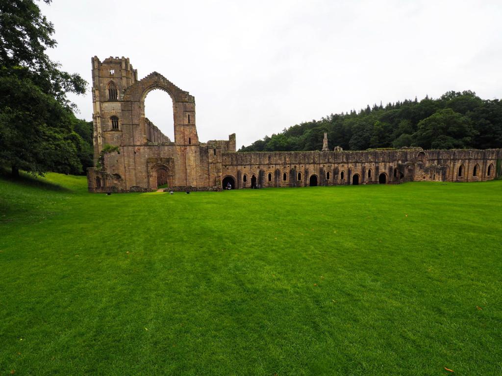 Seitenansicht von Fountains Abbey