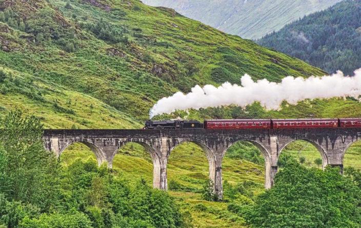 Hogwarts Express am Glenfinnan-Viadukt