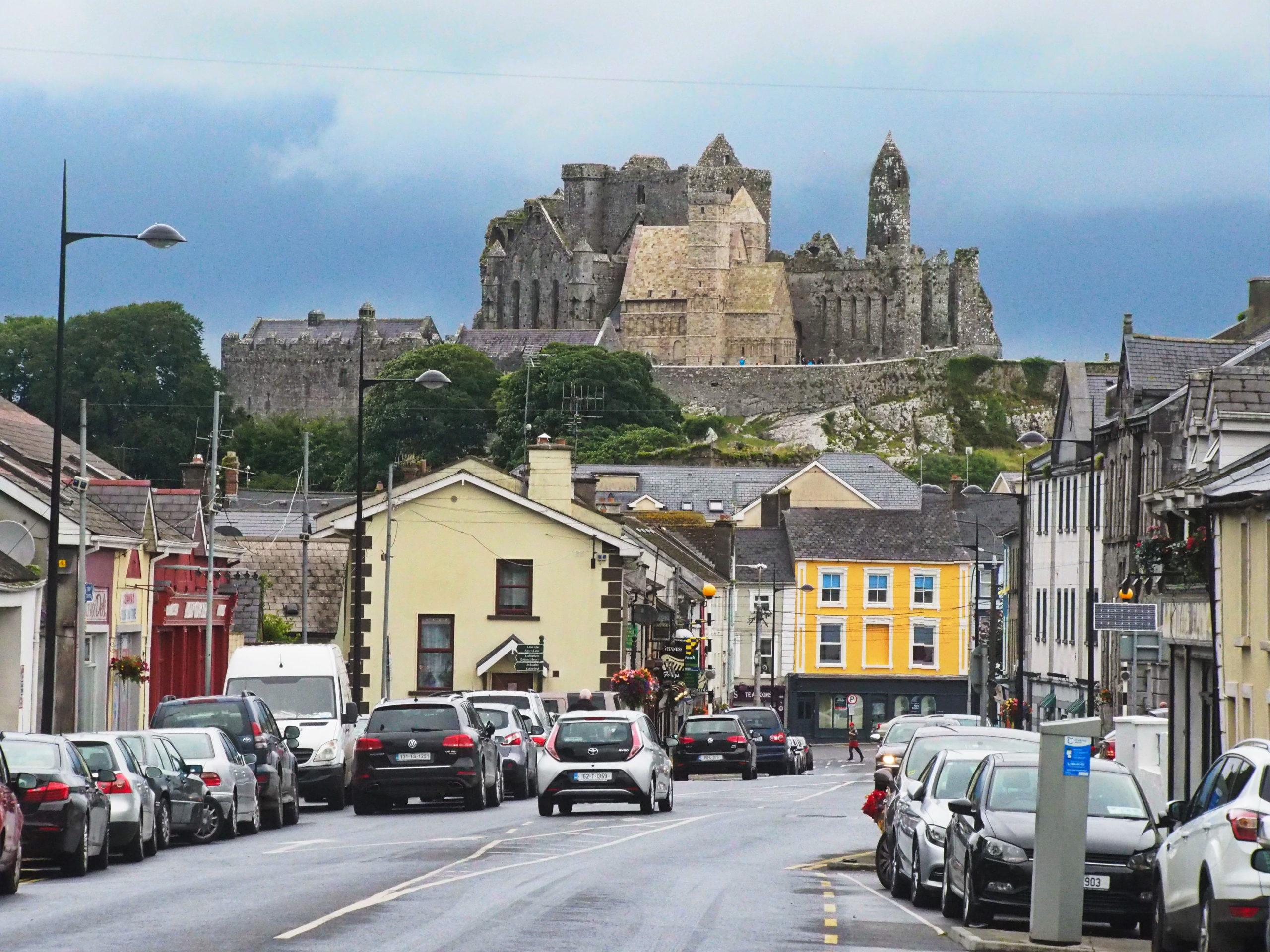 Blick vom Ort Cashel auf den Felsen mit seiner Kathedrale