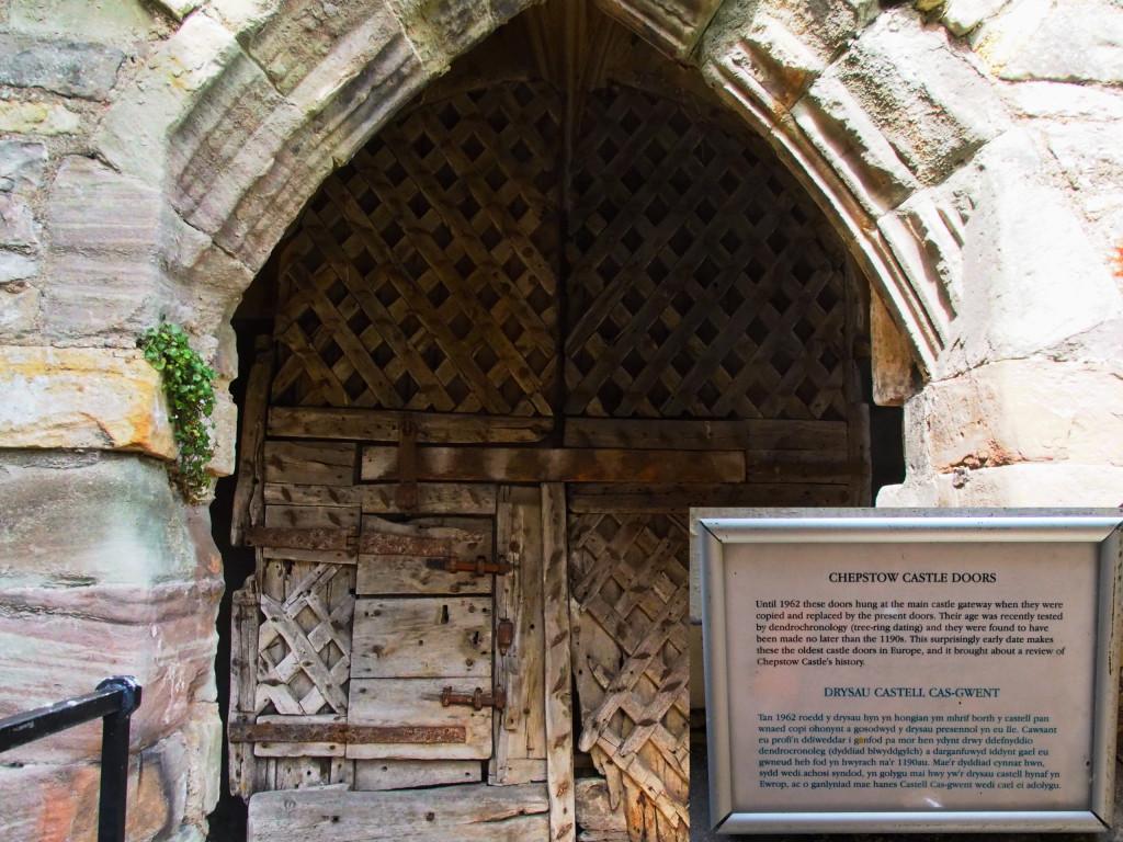 Chepstow Castle, ältestes Burgtor aus Holz (1190)