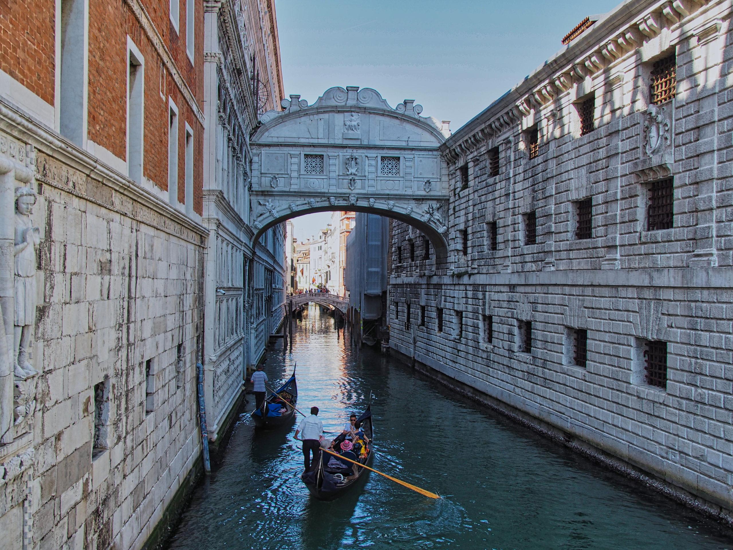 """Die Ponte dei Sospiri oder auch """"Seufzerbrücke"""" (Erbaut 1602)"""