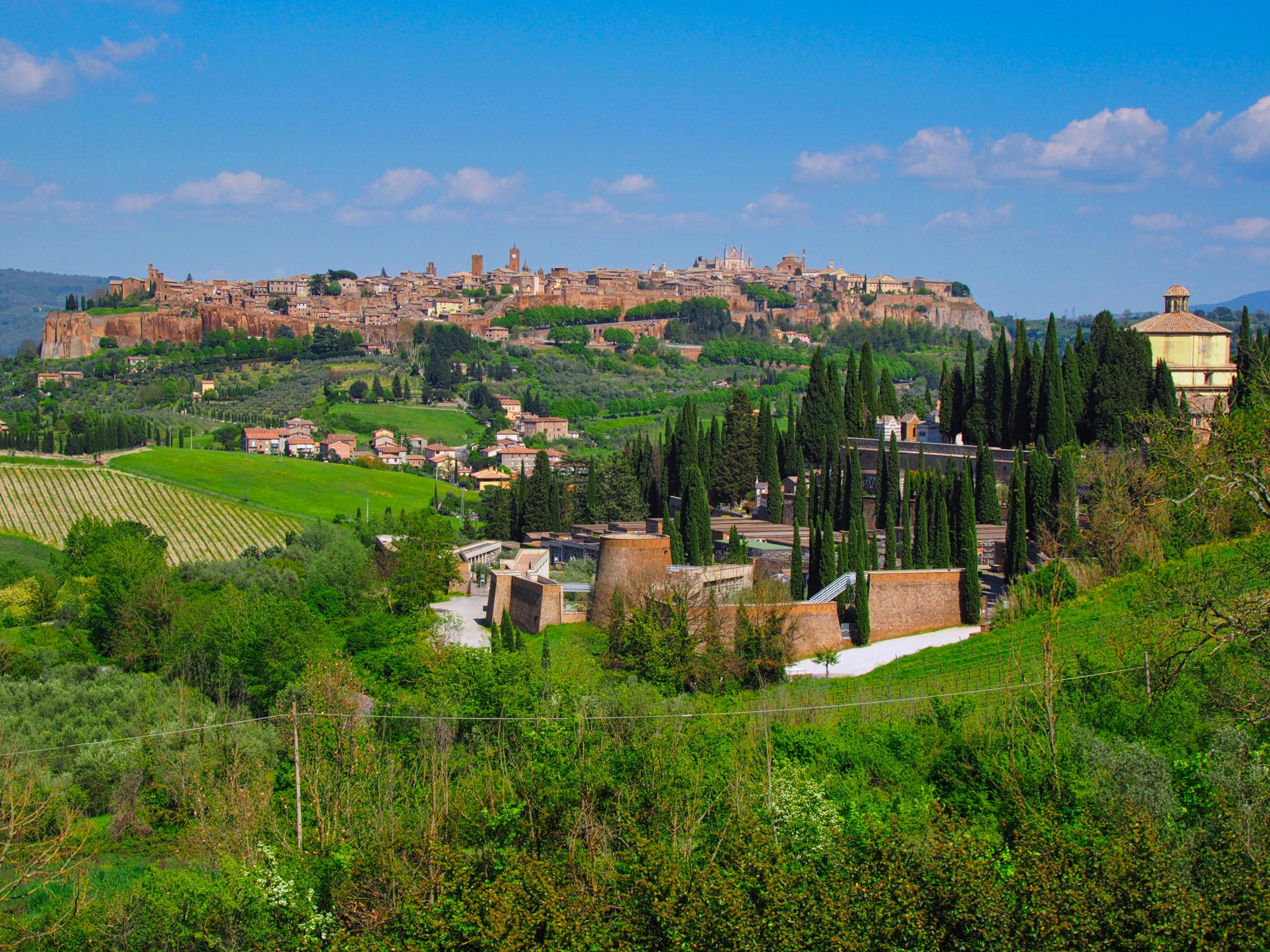 Panorama von Orvieto und im Vordergrund die Kirche und das Kloster von San Lorenzo in Vineis