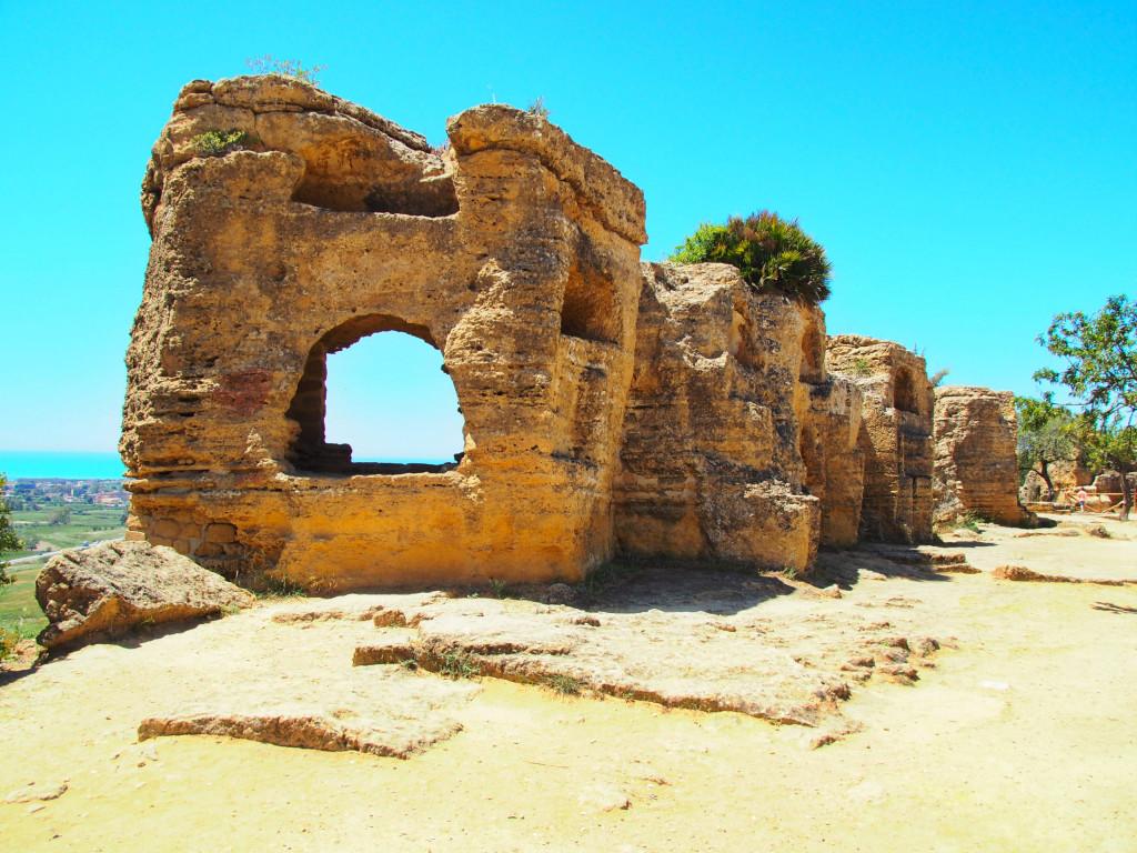 Reste der Stadtmauer mit Arkosolgräbern