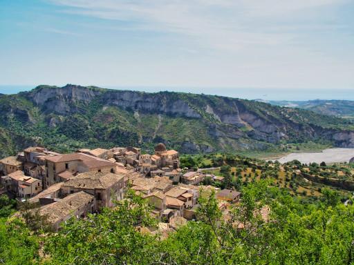 Blick auf den Ort Stilo von der Cattolica