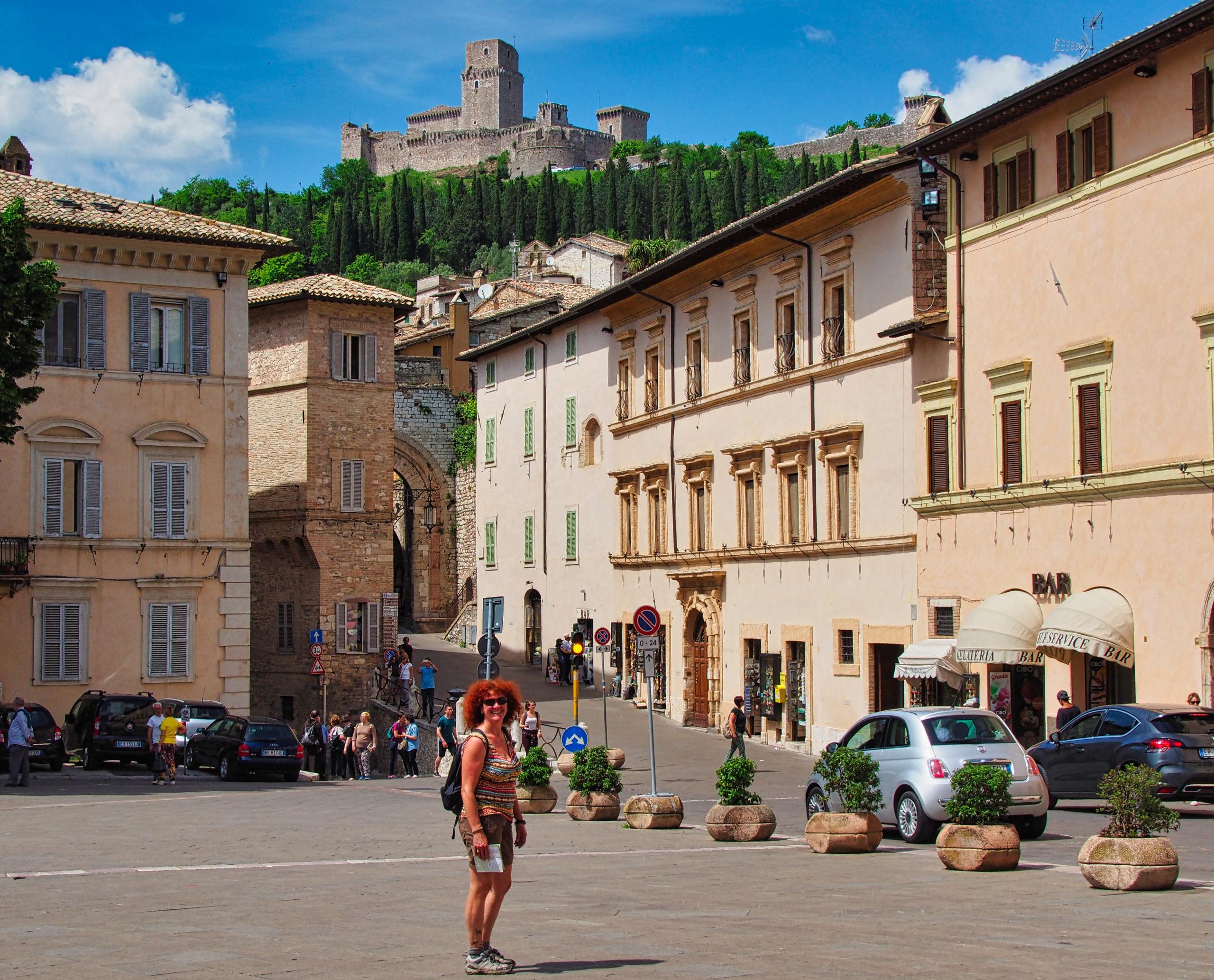Blick auf das Castel Rocca Maggiore vom Platz der Basilika Santa Chiara