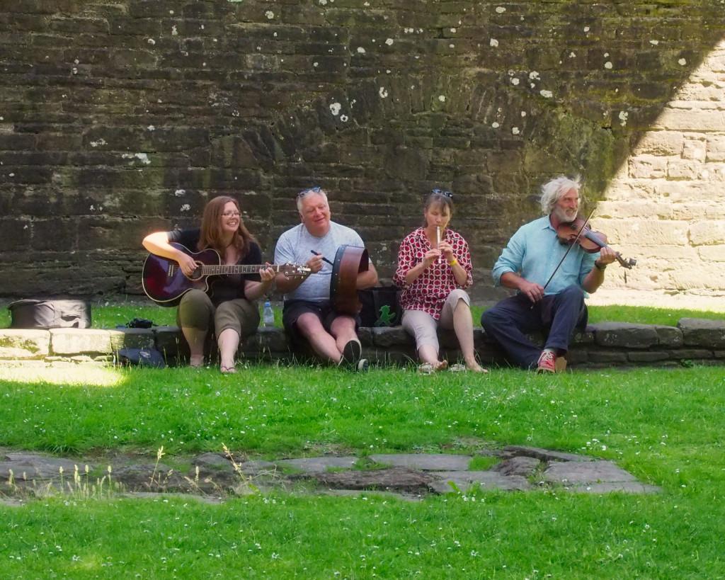 Folkmusiker in Tintern Abbey