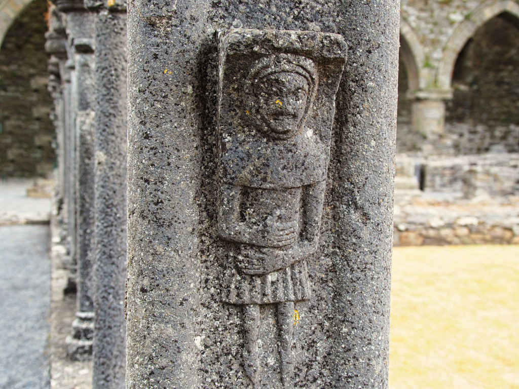 Figuren am Kreuzgang von Jerpoint Abbey