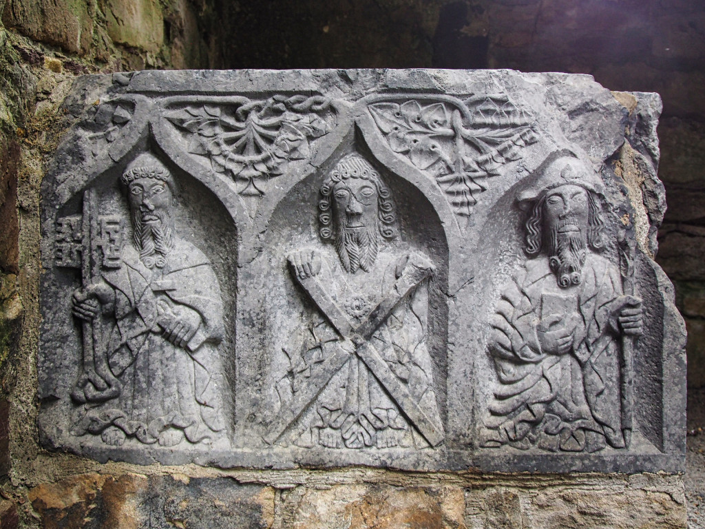 """""""Weinende Apostel"""" an einem Steinsarg in Jerpoint Abbey"""