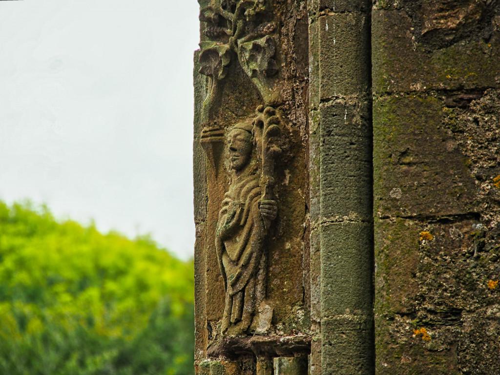 Figur im Fensterrahmen der Tintern Abbey