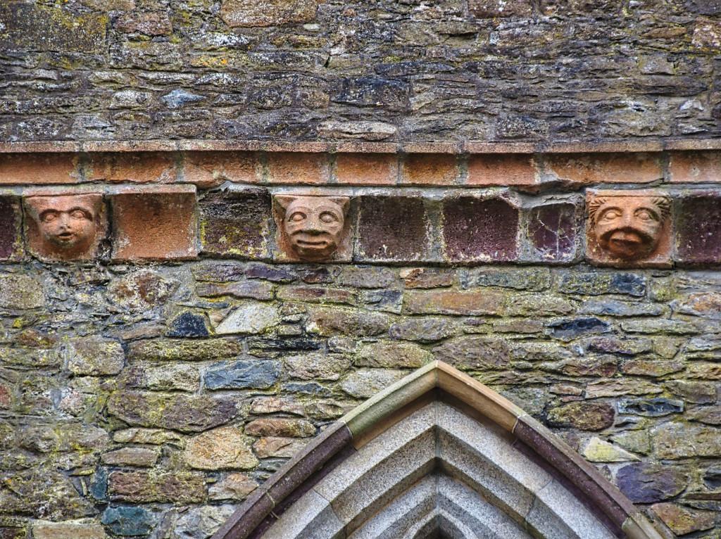 Fratzen am Dachkragen der Abbey