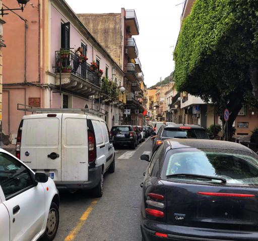 Typische Verkehrslage auf der SS114 in Giardini-Naxos