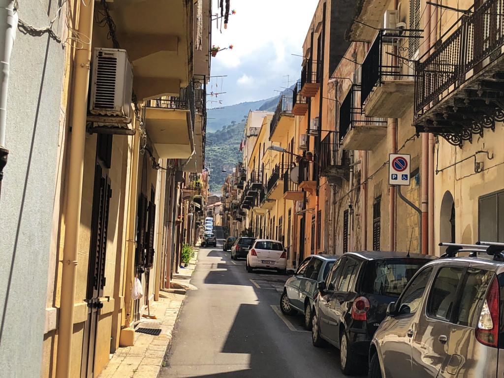 Typische Wohnstraße in Castellammare del Golfo
