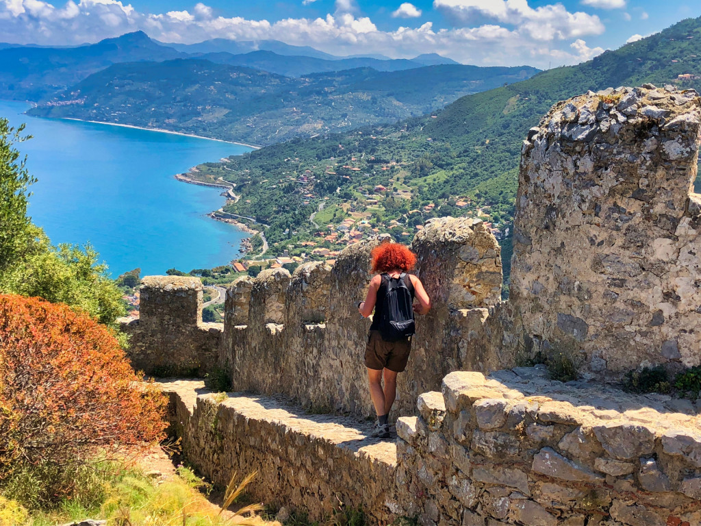 Burganlage mit Sicht auf den Küstenstreifen des tyrrhenischen Meers