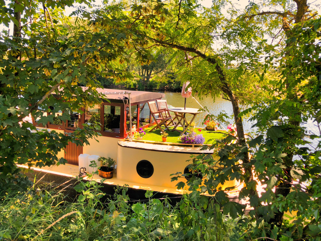 Verstecktes Hausboot am Themse-Wanderweg