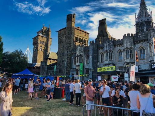 Volle Stände auf dem Stadtfest auf Cardiff Castle