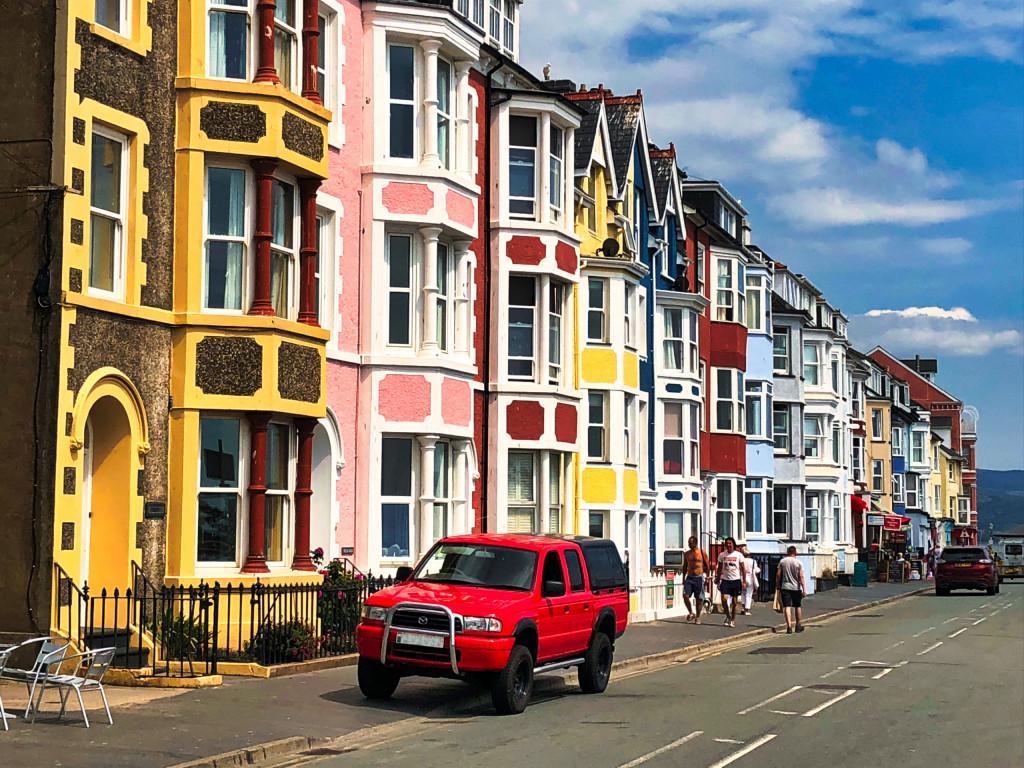 Häuserfront im Badeort Aberdyfi