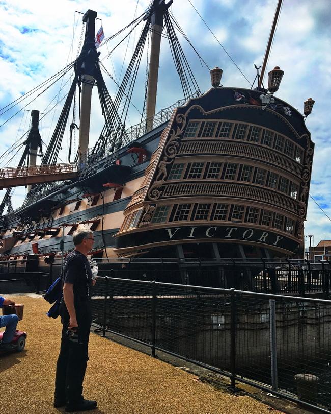 Hermann vor der HMS Victory
