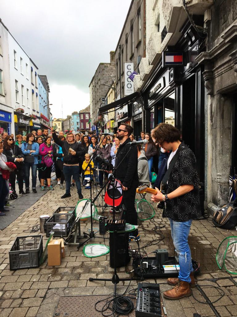 Band in Galways Fußgängerzone