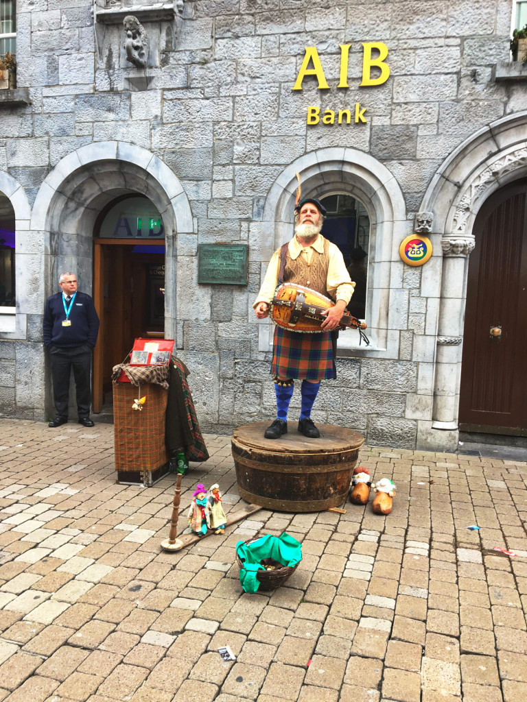 Wheel fiddle (Hurdy-gurdy) Spieler in Galways Einkaufsstraße