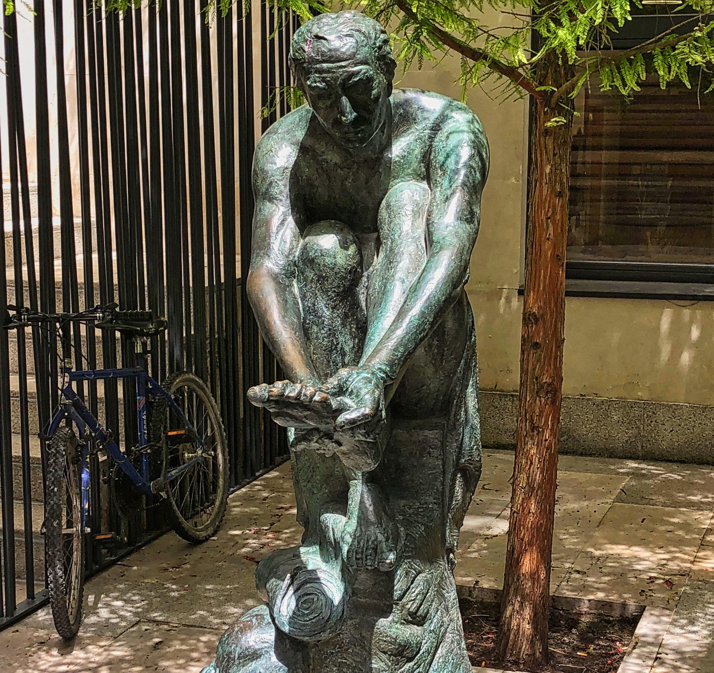 Wanderer-Statue vor einer Pilgerunterkunft in Burgos