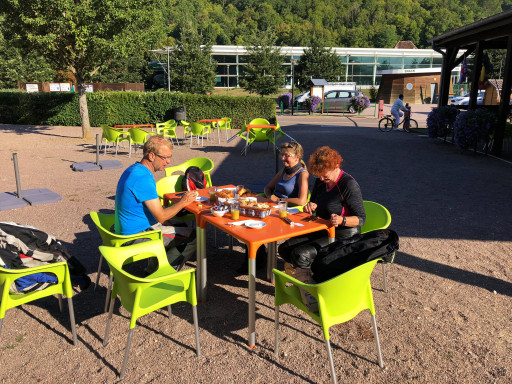 Frühstück auf dem CP Municipal Montbard