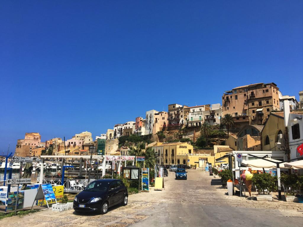Hafenansicht im Ort Castellammare del Golfo