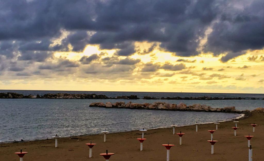 """Sonnenuntergang am CP """"Costa Verde"""" nahe der Stadt Vasto an der Adria"""