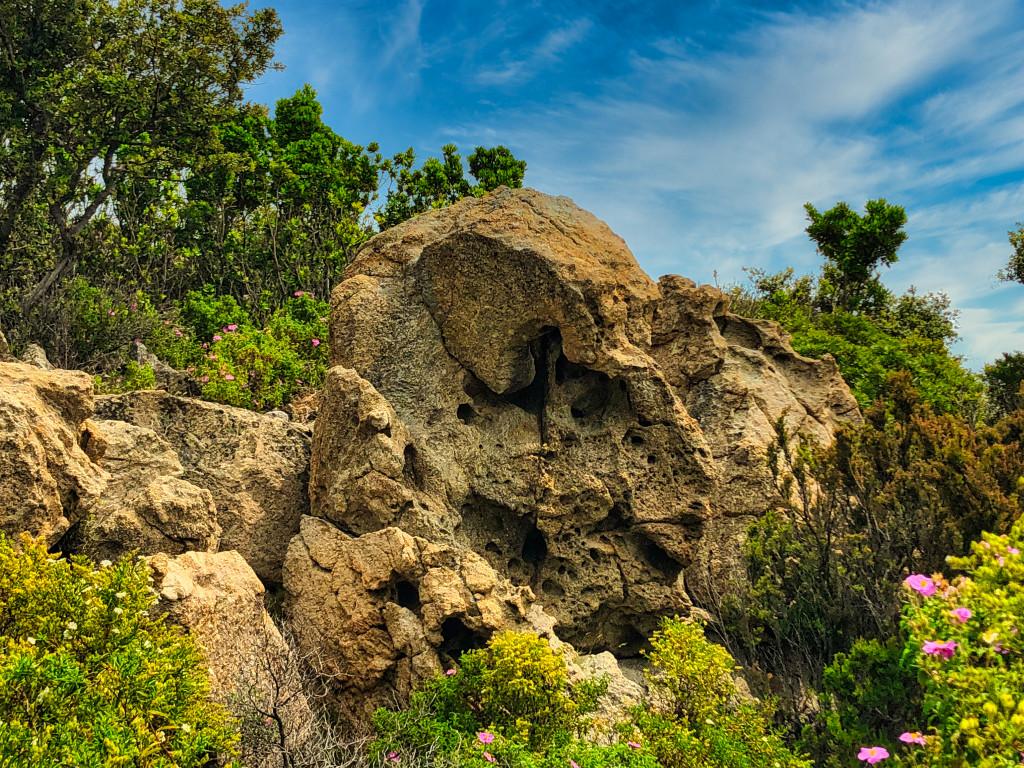Bizarre Felsformationen am Wegesrand