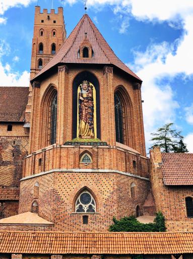 Statue der Namenspatronin Jungfrau Maria