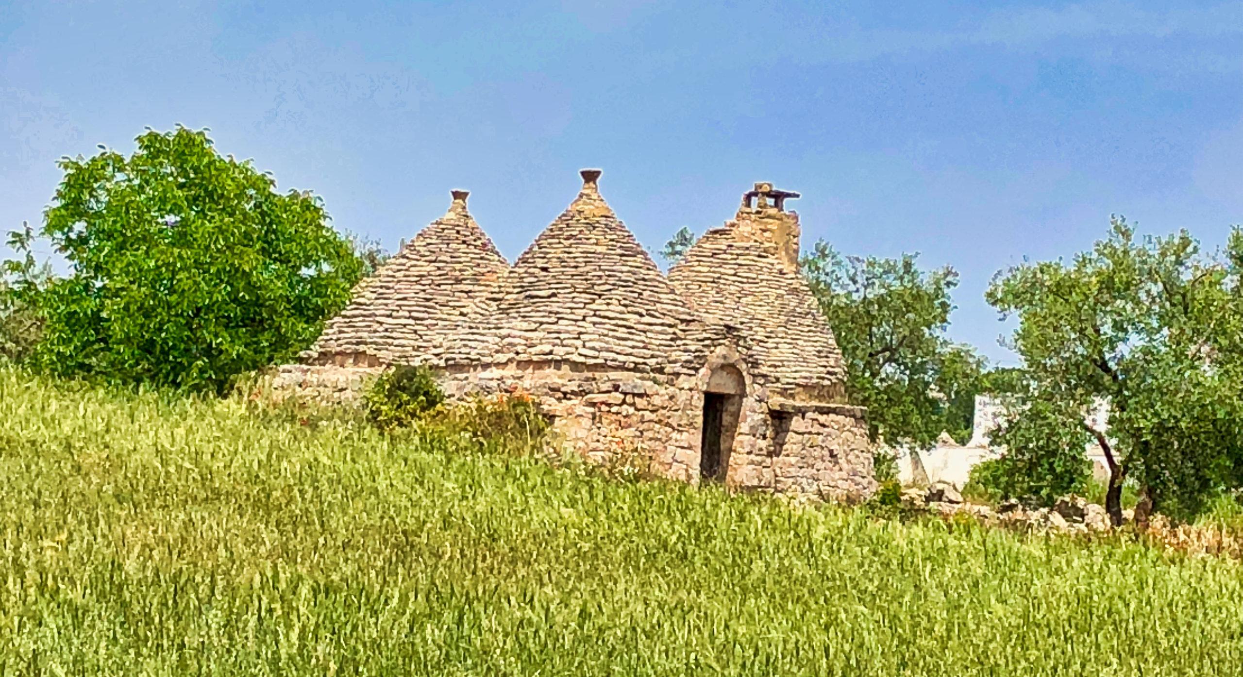 Typisches Trulli-Haus mitten auf der Wiese