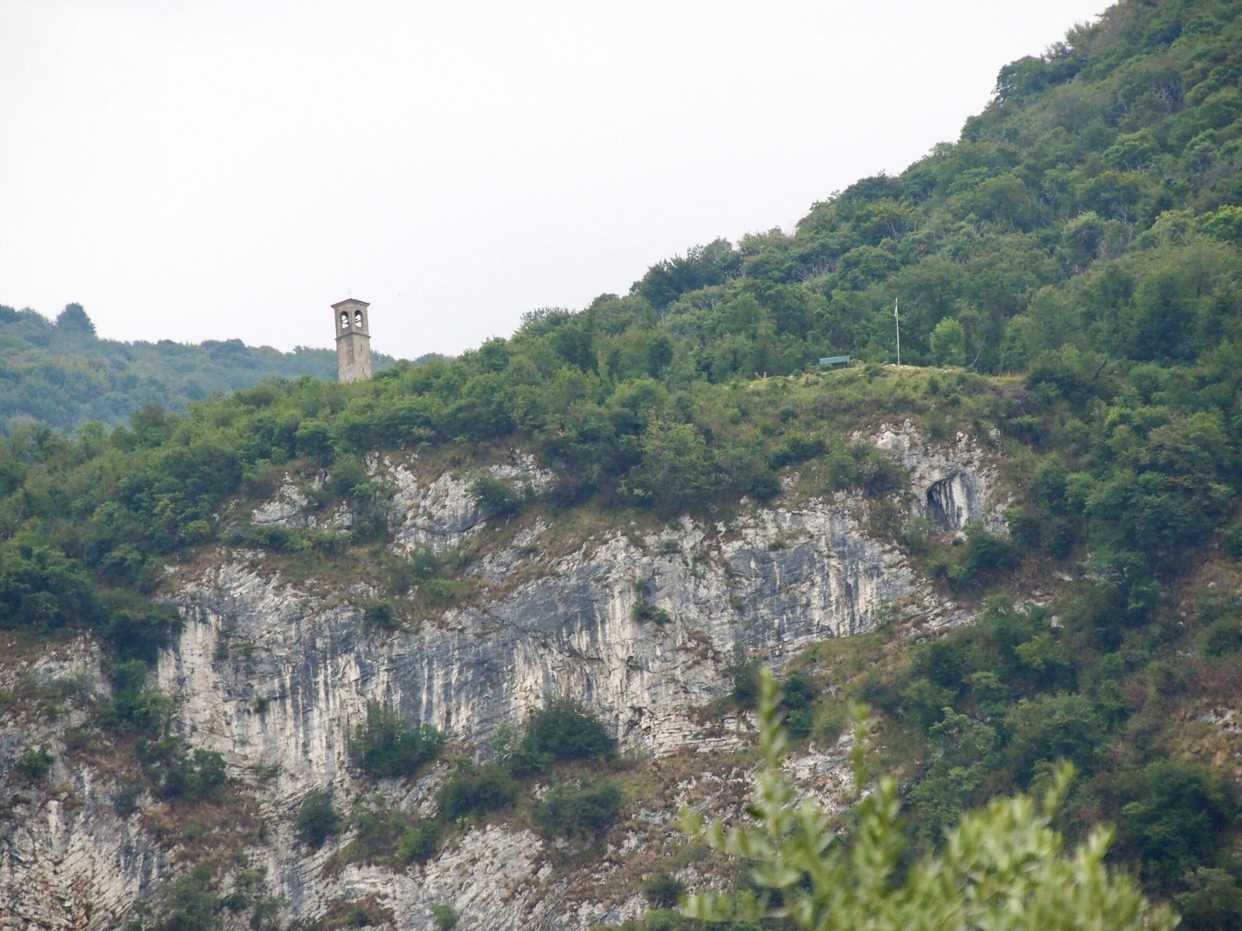 Turm der Kapelle San Fermo und die Panchina Gigante vom CP gesehen