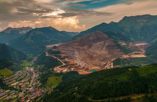 Der Erzberg der Stadt Eisenerz in der Steiermark (Quelle: Ralf Roletschek)