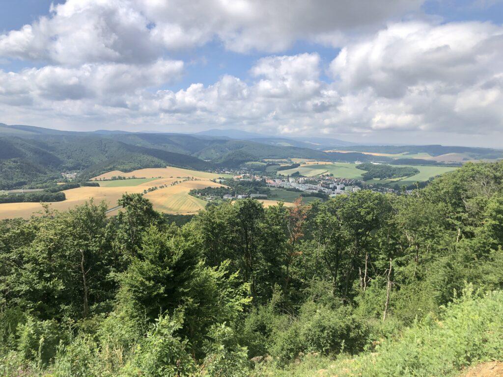 Blick auf den Ort Bradlom vom Berg Bradlo