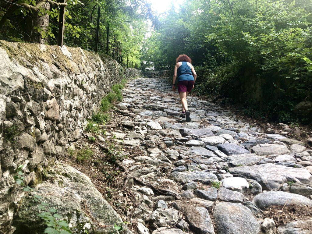 Steiler Anstieg auf der Antica Strada Valeriana