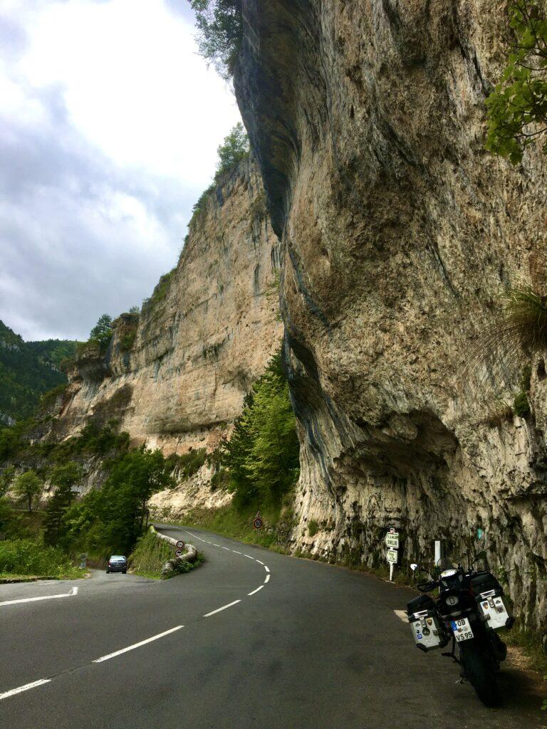 Steile Feldwände bei Saint-Chély-du-Tarn