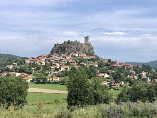 Schloss Polignac im Ort Polignac in der Region Auvergne-Rhône-Alpes